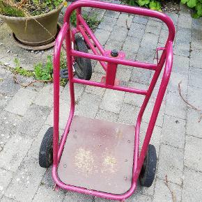 Fin ladcykel til barn. I meget kraftig kvalitet. Den kunne godt bruge et nyt sæde, men det er ikke nødvendigt.