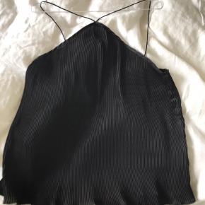Skøn top i sort polyester fra Neo Noir. Så blød og lækker. Har aldrig været brugt, så den er som ny.