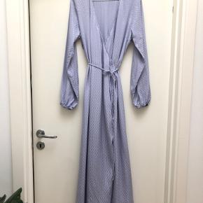 ENVII dress  Maxi slå-om kjole i den smukkeste lilla-blå farve.  Mål:  Kjolen er ca. 145cm lang.   Kjolen er anvendt en gang, men fremstår fuldstændig som ny.