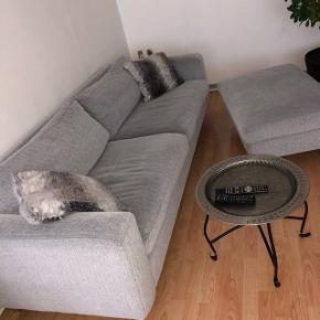 God og behagelig sofa. Næsten som ny. Tilhørende puf med opbevaring. Sælges for 2500kr, kan sælges for 2000kr i en hurtig handel 😊
