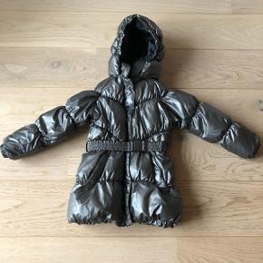 Fineste jakke vi nogensinde har haft. Har små gnister i stoffet, der glimter i regnbuens farver, når der kommer lys på.  Bytter gerne til str. 128.