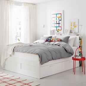 """BRIMNES IKEA seng sælges med eller uden madres og top madras. Der er fire store skuffer som kan rulles ud, to på hver side.  Næsten som ny, er kun blevet brugt et par måneder.   Den er 140x200   Sælges på grund af flytning!   Skal hentes inde den 1 marts.   Sengen + gavl + madrasserne til 1800  Sengen + gavl til 1500kr Kom evt med et bud så kan vi forhandle.  """"Obs""""der er en lille rift i en af kanterne, ikke noget man sådan lægger mærke til.   Fra dyr og røgfrit hjem  For flere spørgsmål skriv gerne 😊"""