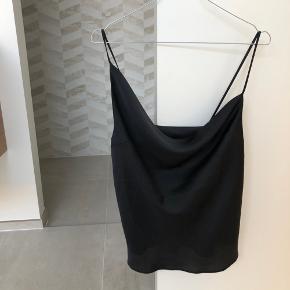 Smuk asymmetrisk sort top med tynde stropper. Satin lignende stof. Størrelse small 🖤