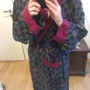 Så smuk og lækker vintage kåbe/kimono med bånd fra Christian Dior i 1000 % silke. Virkelig luksuriøs og blød at have på. Købt i et outlet i Paris til 350 euro (ca.2625 kr).