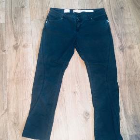 Pieszak ditta cargo bukser med påsatte detaljer - str 32. Farven ligger mellem sort og helt mørk grå.