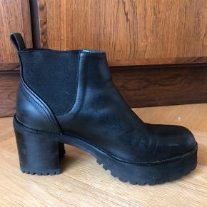 Lækre behagelige læder Chelsea støvler med hæl fra Won Hundred.