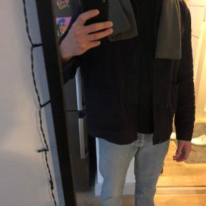 Mørkegråt halstørklæde fra SNS Herning. Er fuldkommen nyt og ubrugt.