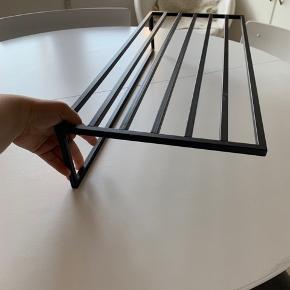 Væghængt skohylde i sort - aldrig brugt - BYD!