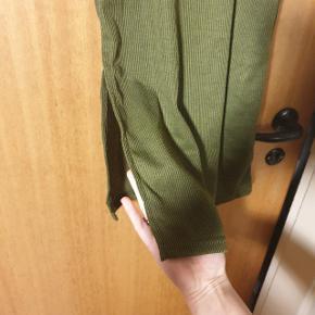 Smuk kjole med slit i siden. Aldrig brugt, da jeg desværre ikke kan passe den. Str. S, men er lidt lille i størrelsen.