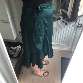 Rigtig flot satin slå om nederdel fra Gina Tricot søger ny ejer 🙏🏼 den falder så flot og er kun brugt få gange.   #secondchancesummer