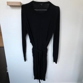 Super fin kjole fra COS i 100% uld, har åben ryg - brugt to gange men er blevet vasket på 40 grader en enkelt gang så materialet på ryggen har samlet sig lidt. Derfor den lave pris. Derudover er der ingen slidtegn.