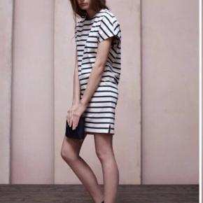 Fin stribet kjole i bomuld fra Acne (model Paris Stripe). Str M. Den måler 89 cm i længden.   Bud er velkomne. Køber betaler Porto og jeg handler gerne mobile pay, idet køber ellers betaler gebyr