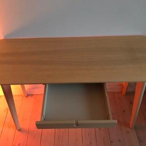 Super fint skrivebord fra Ikea, købt for et par år siden. Helt intakt. Benene kan tages af.   Højde: 76cm Brede: 119 cm Dybde: 46 cm