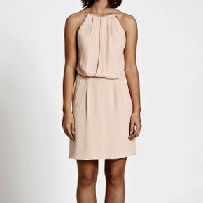 Sælger denne fine kjole fra samsøe samsøe, kun brugt en enkelt gang. Nypris 600kr