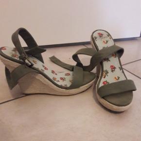 Sandales compensées comme neuves, mises 1x. Petit 39
