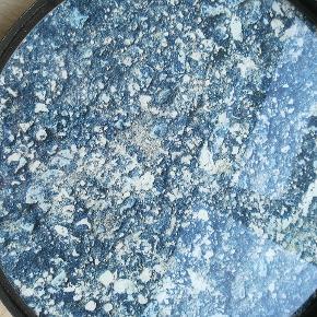 Ny bakke i marmor-look med sort metalkant. Aldrig brugt. Ca 40ø.