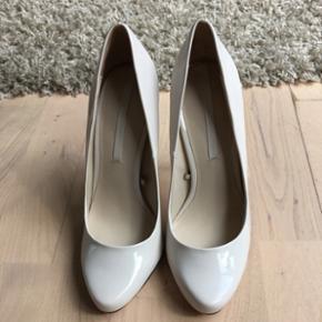 Super flotte sko fra zara til salg.  På en af billederne kan man ser højre sko er der en lyserød plet. Men den kan man ikke se fra lang afstand 🙈😊Normal pris var 550kr. Farven er offwhite. Højden er 11cm  Bytter ikke 😊  OBS. Hvis du overvejer at købe dem så grib chancen nu før jeg rejser i 2 måneder