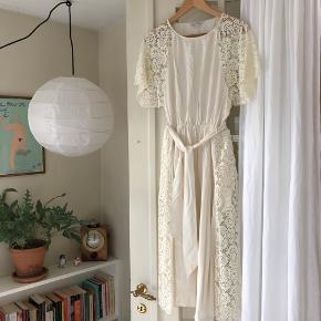 Fineste kjole fra & Other Stories i en lys-creme / off-white farve med blomster blonde, brugt en enkelte gange. Med bindebælt og elast i taljen. Str 34 med kan også passes af en 36 :).