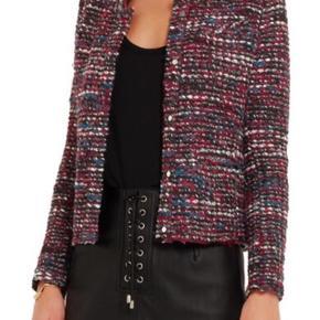Smuk jakke fra IRO sælges, da jeg desværre ikke kan passe den længere. Den har stadivæk nogle gode år i sig 🧥  Fragt er på købers regning ellers kan den afhentes i Ørestad  Skriv for yderligere spørgsmål