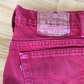 Levis bukser, w36 l32 klippet i bunden så de passer en på 170 cm  købt i en genbrug så man kan se de er brugt, men ikke så de ikke kan bruges, prisen er dog derefter :))