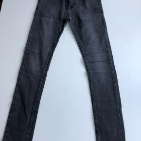 Str 29/32, Travis Jeans i Worn Black. 92% Bomuld, 6% Polyeser, 2% Elasthan