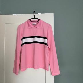 Flot trøje fra Ganni. Sælger også matchende bukser. Et virkelig flot sæt. Der er kommet en lille plet på det ene bukseben.