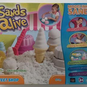 Sands alive sweet shop Har været leget med 1 gang. Nypris: 319,- kr. Pris: 90 kr. eller kom med et bud  Porto:  60 kr. som brev med PostNord  45 kr. som pakke med Coolrunner  49 kr. som pakke med G-porto (GLS) 65 kr. som pakke med G-porto (PostNord)
