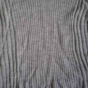 Varetype: strik Farve: grå og Rosa Oprindelig købspris: 400 kr.  Fine bluser i den meget gode ende af GMB. Sælges grundet vægttab.  Str xl  90% acrylic 10% nylon  Pris for begge 100 plus porto