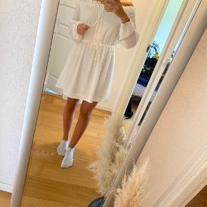 Hvid kjole fra nelly trend  Aldrig brugt  Stadig med prismærke