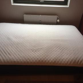 Box madras 140x200 cm Topmadrassen har lidt fnuller fra almindelig slid men ellers fejler den intet Original kvittering haves, købspris cirka 3000, garanti på 15 år og sengen er kun 3,5 år gammel