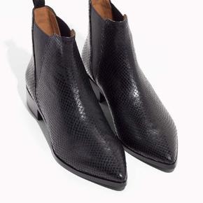 """Læderstøvler fra & Other Stories. Brugt 2-3 gange og næsten uden brugsspor.   Modellen er """"Chunky Chelsea Leather Boots"""". Hæl: 8cm. Nypris 1050,-   Afhentes på Nørrebro eller sendes med DAO."""