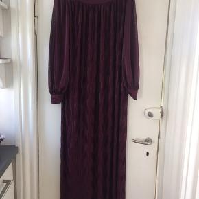 Flot vintage maxikjole str 40 (passer også en str 38)  i flot lilla farve. Kjolen er lettere gennemsigtig og man kan med fordel have en underkjole under. Standen er rigtig god.