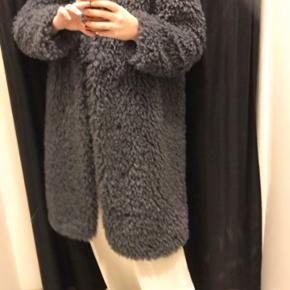 Sælger denne faux fur fluffy jakke/frakke fra mango. den er virkelig blød i stoffet og kan sagtens holde en varm om vinteren. Den er aldrig brugt før, og bliver derfor solgt. Byd gerne:)