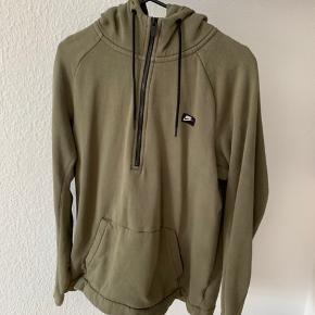 Grøn hættetrøje fra Nike med halv lynlås.