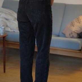 Bukser fra Monki. Ganske fin stand. Der står størrelse 24 på mærket. Kan afhentes i Aarhus C.