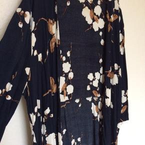 Fineste kimono fra Ganni. Str. M, men fleksibel og passer de fleste. Jeg er selv en S og kan fint bruge den.  Meget fin stand uden fejl.   Giver gerne lidt rabat ved køb af flere ting :-)  Bytter ikke og sender ikke billeder af mig selv.  Handler gerne via mobilepay.