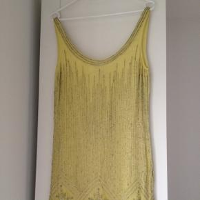 Flot Vintage Deco Dresses fra KATE MOSS for TOPSHOP /summer09.  Kjolen er aldrig brugt - mærke (med ekstra perler) sidder stadig på.  Nypris: 130 GBP - ca. 1300 kr.  Str. UK 10 - EUR 38 - passes bedst af en 36/lille 38.