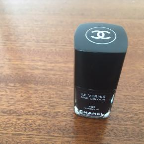 Chanel neglelak. Vendetta. Dyb sort-lilla/violet. Aldrig brugt. 100% fyldt. Har været opbevaret i skab, mørkt og køligt. Nypris: 210,-