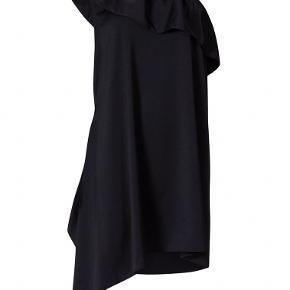 Smuk, elegant one-shoulder festkjole fra Designers Remix - aldrig brugt el. vasket 🖤 Kun prøvet på og prismærket derfor taget ud.   Størrelsen står ikke i, men den svarer til en 38/40.  Oplagt gallakjole eller til brug ved f.eks. bryllup og lignende begivenheder 🥂  NP: 1600kr.  Kom med et bud 😊