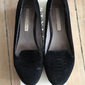 Sælger mine flotte sko fra Stylesnob da jeg simpelthen ikke får dem brugt længere.   Har skåret en del af prisen, idet de er brugt en del gange og der er kommet et lille slidmærke på den højre sko.