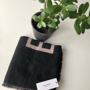 Vero Moda tørklæde i sort med Vero Moda logo skrift i brun🧣   Byd gerne kan både afhentes i Århus C eller sendes på købers regning 📮✉️