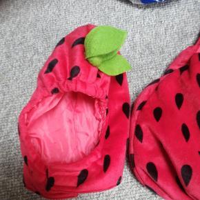 Jordbær dragt str 74. Brugt men rigtig fin, skal bare lige vaskes.