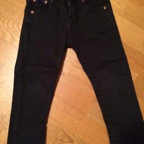 Super lækre jeans i lækker kvalitet. Slim model. De er str 3, så passer ca str 92-98. Med indvendinger knapper i livet, så de kan reguleres i str.