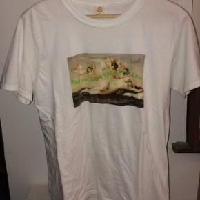 """T shirt med engle print og teksten """"when you mute the groupchat"""" fra urban outfitters  Nypris mener jeg var omkring 280kr  Kontakt mig gerne for mere information:)"""