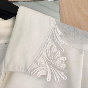 En flot, men brugt, skjorte fra Finn Karelia. Den har dog nogle mærker for slid, men det kan være noget man muligvis kan vaske væk - Jeg har ikke prøvet!  // BYD //  Jeg sender med DAO!