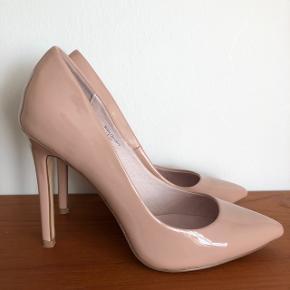 Faith Chloe pointed court shoes.  Farve: Nude Brugt få gange.   Hælhøjde: 10cm Købspris var 350kr Byd :)