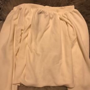 Super fin hvid/beige off the shoulder bluse. Blusen er i et tykt materiale, hvilket gør, at toppen lettere sidder hvor den skal. Den er fra Boohoo, og er aldrig blevet brugt. Blusen er egentlig i en S/M!