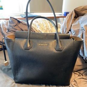 Brugt meget få gange, rigtig pæn taske med god plads.  Købt i magasin for 2700kr