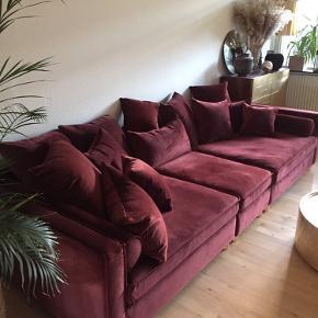 MR BIG! Den store populære flydersofa, med en dybde på hele 121 cm, mr Big sofaen, designet af SAYSWHO, i bordeaux velour. Består af 3 moduler, som alle er betrukket med blød velour hele vejen rundt om hvert enkel modul, og kan altså bruges både som sofa og som store flyder stole. Man kan også bruge midter modulet som chaiselong for sig, og gøre sofaen mindre, eller lave en open end sofa, mulighederne er mange. Sidde hynderne har kerne af skum, som har gennemgået en særlig skumknusning, og top fyld af dun. Alle løse puder er med dun fyld, virkelig behagelig at sidde i! Betræk på alle hynder og puder, er aftageligt og vaskbart. Sofaen er som ny, kun brugt kort tid, og fejler absolut intet! Ingen pletter, eller andet. Fra Røgfrit, børnefrit hjem. Nypris 58.000.- Se beskrivelse og mål i billeder. Har ikke kvitteringen Kun seriøse henvendelser.   Kan afhentes i Vedbæk for 24.200   INGEN PAYPAL! -kun kontant afregning.
