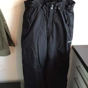 Et par klassiske sorte skibukser. Dejlige varme og hurtige at tørre.
